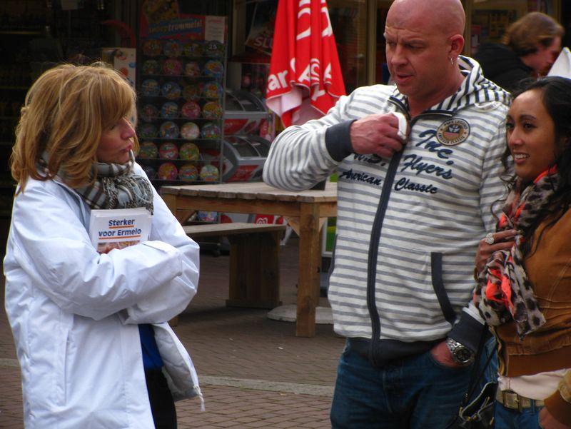 Lijsttrekker Esther Verhagen in gesprek met twee kiezers