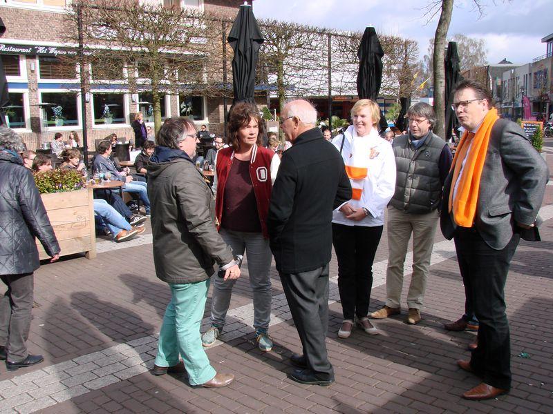 Oud-wethouder Peter Meijer in gesprek met Natalie Overkamp en Gert Hofsink van ErmeloVanNu