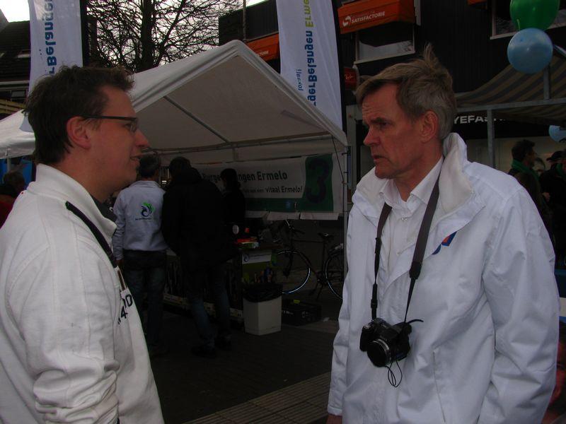 Campagneleider Frank Meijsen in gesprek met een 'zwevende Ermeloër'