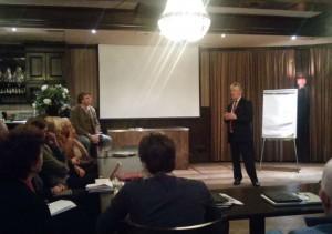 Gedeputeerde Jan Markink tijdens de bijeenkomst in de Dorpskamer